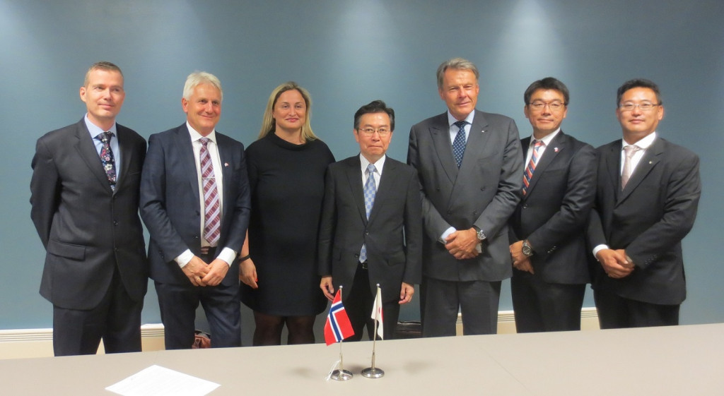 From left,  Second; Mr. Morten Lind-Olsen, CEO of Dualog / Third; Ms. Dilek Ayhan,  Deputy minister of Norwegian Ministry of Trade, Industry  and Fisheries / Forth; Mr. Hiroshi Tabata,  Vice-Minister for International Affairs of Japanese MLIT / Fifth; Mr. Svein Steimler, Corporate Officer of NYK / Sixth; Dr. Hideyuki Ando of NYK