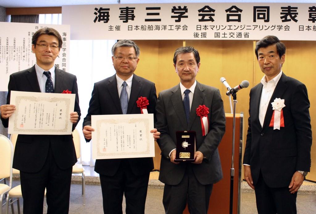 写真左から:当社船舶技術部門長 安藤英幸、日本郵船専務経営委員 赤峯浩一、当社代表取締役社長 五十嵐誠