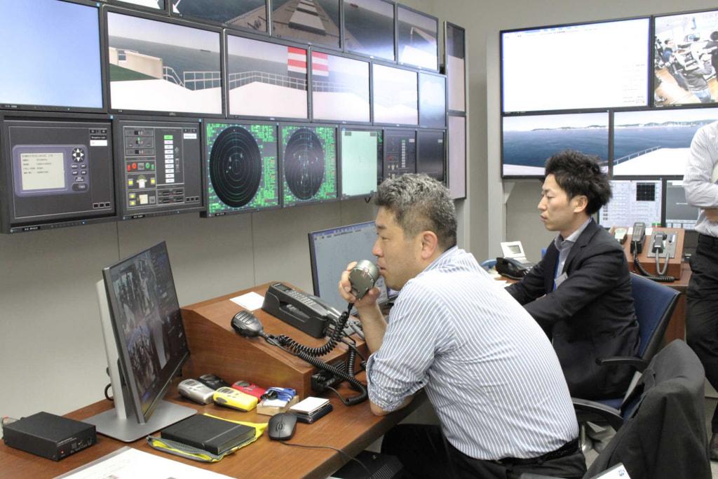 接近する他船を操船するオペレーションルーム