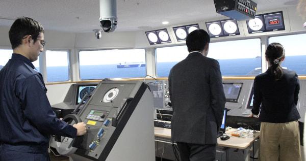航海士っぽい?操船シミュレーターを使った実験風景 (左の操舵手が本人)